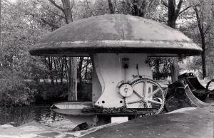 Fort bij Velsen 27 zw.w. en hier staat het koepelkanon gereed om afgevoerd te worden 1980 - kopie klein